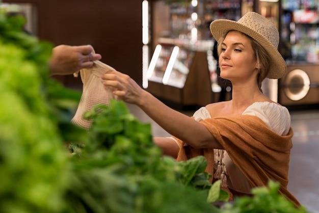 市場での買い手と貸衣装 無料写真