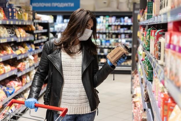 キエフの大規模な食料品ショッピングセンターのバイヤーは、コロナウイルスのパンデミック時に必需品を購入します Premium写真