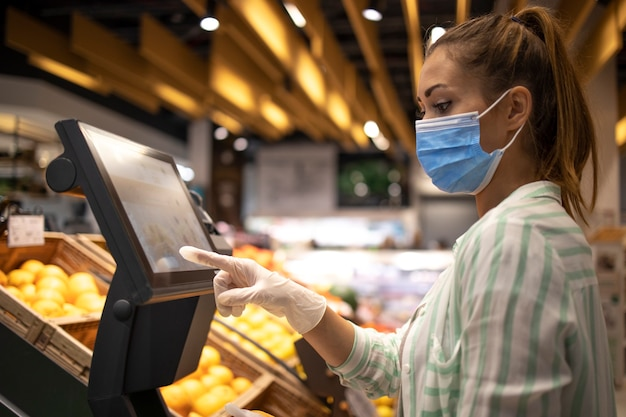 코로나 바이러스 전염병 기간 동안 슈퍼마켓에서 식품 구매 무료 사진