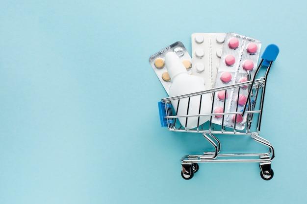 Покупка предметов медицинского назначения с концепцией корзины покупок Бесплатные Фотографии