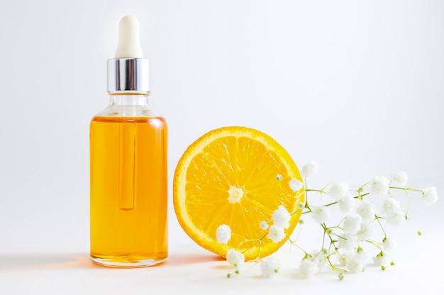 スポイト付き化粧品ボトルの中のビタミンc血清。ハーブ原料を含むオーガニックspa化粧品。 Premium写真