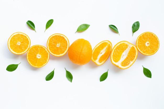 高ビタミンc.分離した葉と新鮮なオレンジの柑橘系の果物 Premium写真