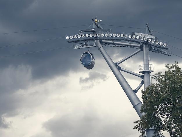 극적인 하늘을 배경으로 케이블카 타기 프리미엄 사진