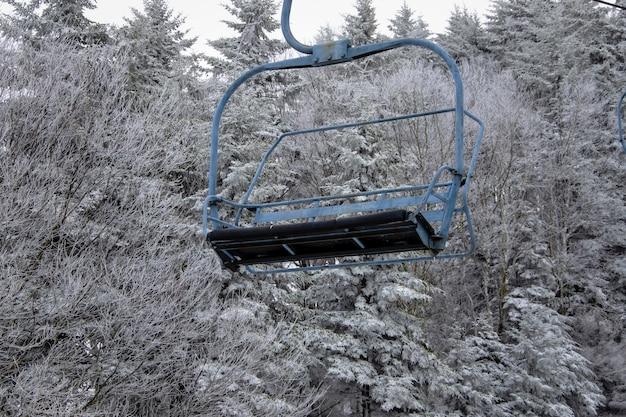 雪の木を背景にしたケーブルカー 無料写真