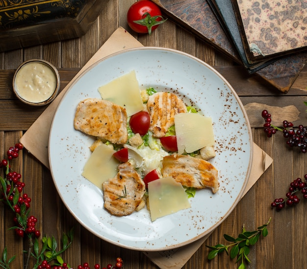 Салат цезарь с куриной грудкой гриль и листьями пармезана Бесплатные Фотографии