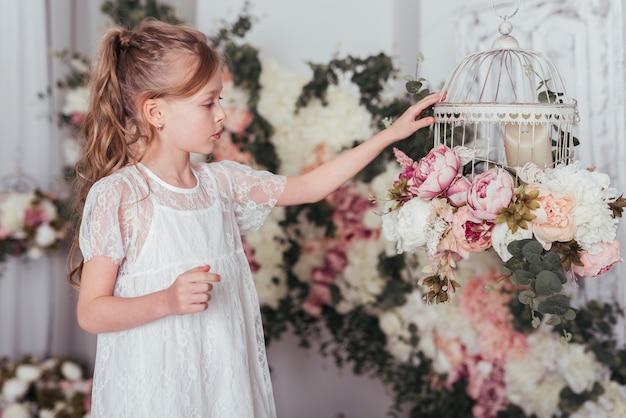 花cageを見て女の子 無料写真