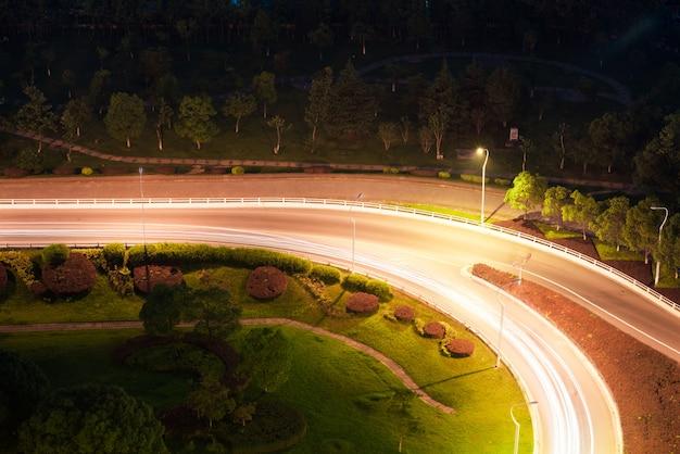 重慶caiyuanba高架上のトラフィックの詳細、青いトーンのイメージ。 Premium写真