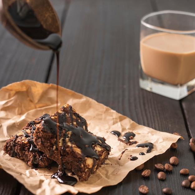 コーヒーカップとガラスのケーキ 無料写真