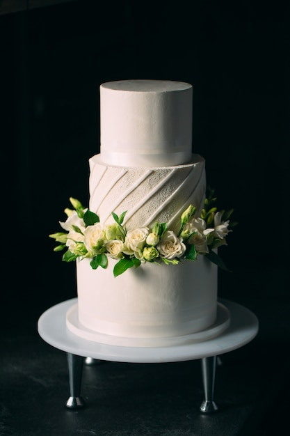 Cake is decorated with flowers on a dark . Premium Photo