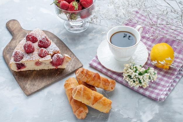 新鮮な赤いイチゴの甘い腕輪とライトデスクのコーヒー、甘い焼きビスケットクッキーティーペストリーとケーキスライス 無料写真