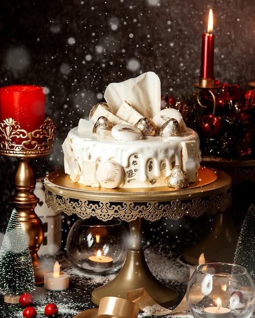ホワイトクリームとクッキーをトッピングしたケーキ 無料写真