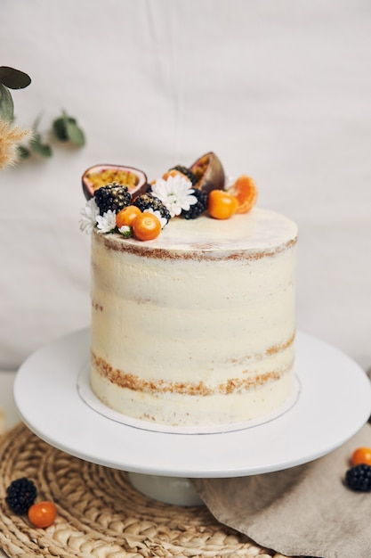 植物の横にあるベリーとパッションフルーツのケーキ 無料写真