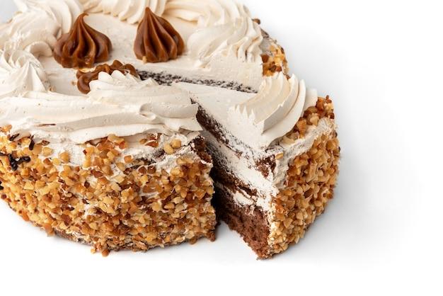 Торт с кремом и орехами, изолированные на белой стене. Premium Фотографии