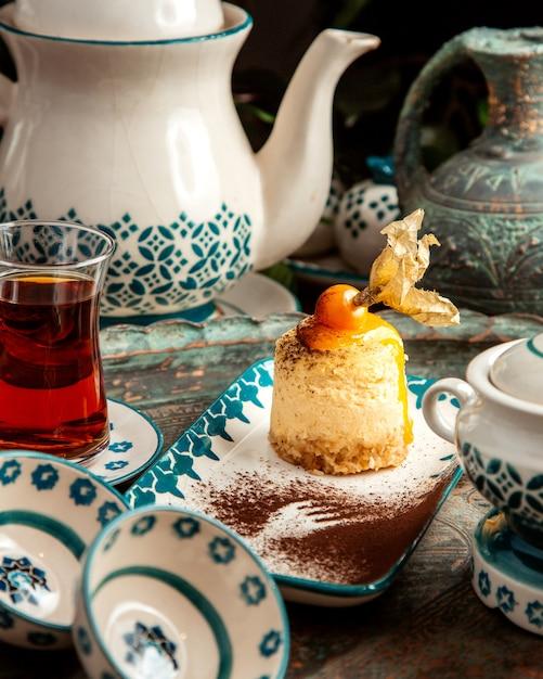 Torta con crema physalis e tavolo in teon nero Foto Gratuite