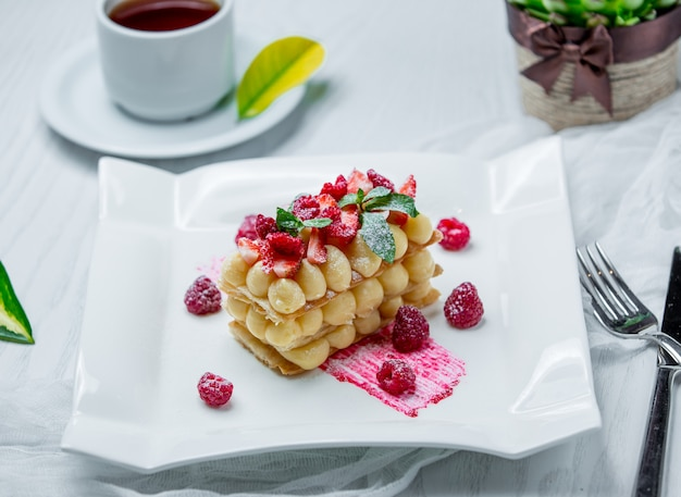 Cake with fresh berries on the table Free Photo