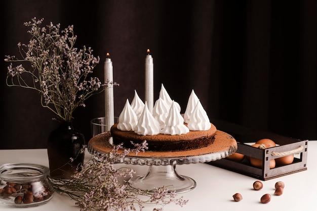 アイシングとキャンドルでケーキ 無料写真