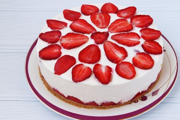 Торт с клубникой без выпечки Premium Фотографии
