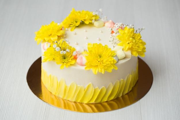 黄色い染み、黄色い菊、メレンゲのケーキ Premium写真