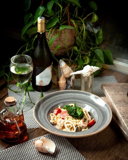 テーブルの上の野菜とイカのリング 無料写真