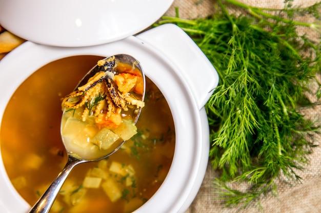 イカのスープ野菜上面図 無料写真