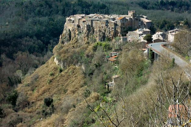 Кальката, средневековая итальянская деревня в провинции витербо Premium Фотографии