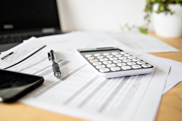 Расчет налогов и прибыли в офисе. концептуальный бизнес Premium Фотографии