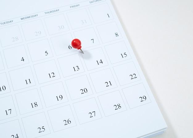 Календарь и красная канцелярская кнопка на 14 февраля Premium Фотографии