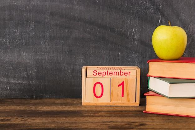 Календарь возле яблока и книг Бесплатные Фотографии