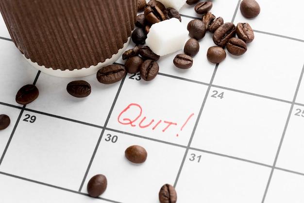 コーヒーを飲むのをやめるための日付のカレンダー 無料写真