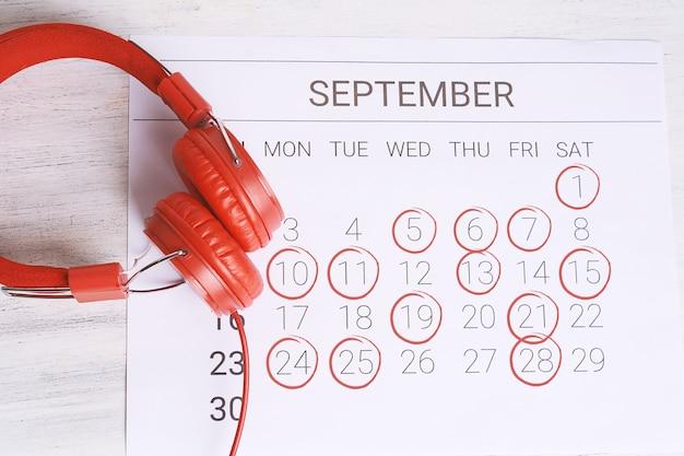 Calendar with headphones. Premium Photo