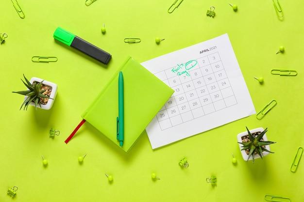 エイプリルフールの日付が記されたカレンダーと色の表面に文房具 Premium写真
