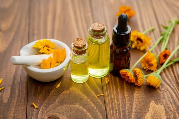 The calendula extract. medicinal plants. Premium Photo