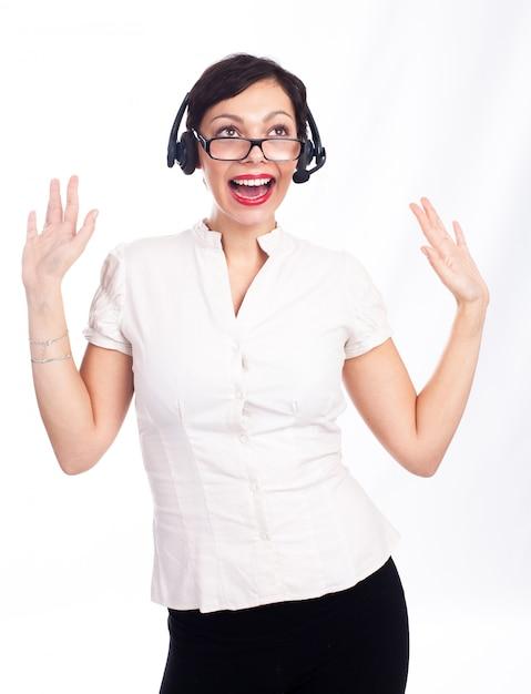 Красивый молодой ассистент call-центра, улыбаясь, изолированные Premium Фотографии