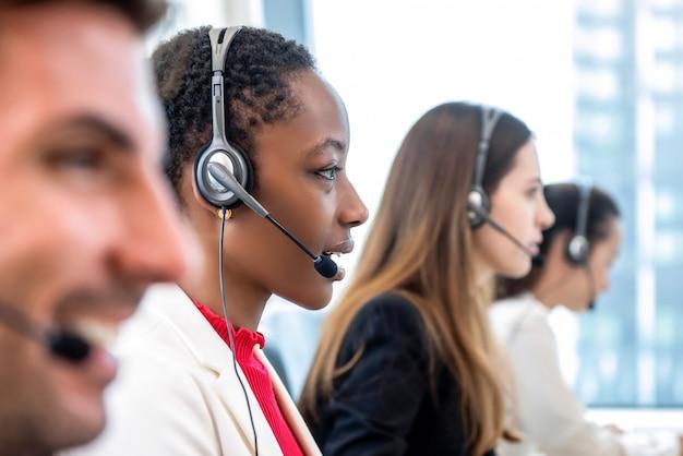 Разнообразная команда call-центра, работающая в офисе Premium Фотографии