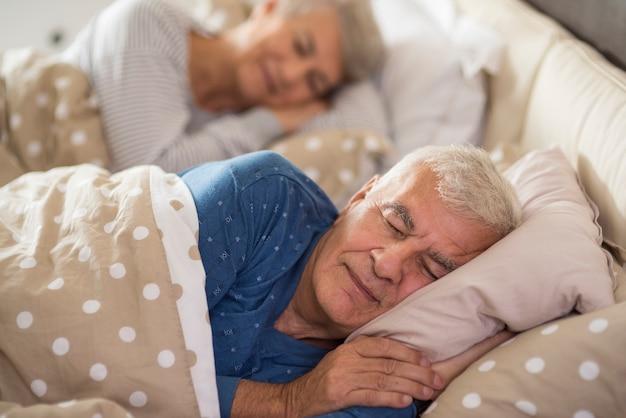 Calma sognando in camera da letto Foto Gratuite