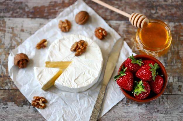 Сыр камамбер с клубникой Premium Фотографии