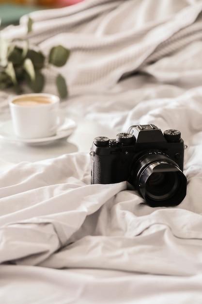 ベッドとコーヒーカップのカメラ 無料写真