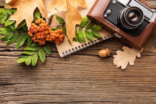 Камера с тетрадью и листьями Бесплатные Фотографии