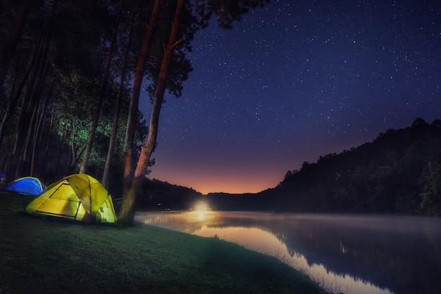 Кемпинг на панг унге с фоном звезд и восхода солнца Premium Фотографии