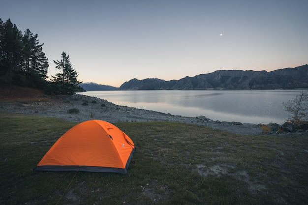Camping by the lake new zealand Premium Photo