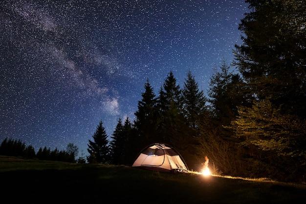 밤에 캠핑 사이트. 프리미엄 사진