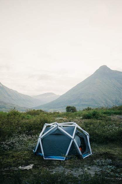 キャンプテント、インフレータブル構造が山の側面に立っており、アウトドアの雰囲気を生きるライフスタイルのための美しく刺激的なキャンプの場所 無料写真