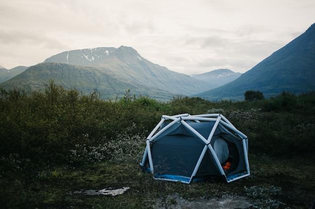 캠핑 텐트, 산 옆에있는 팽창 식 구조물 스탠드, 야외 분위기를위한 아름답고 영감을주는 캠프 위치 생활 라이프 스타일 무료 사진