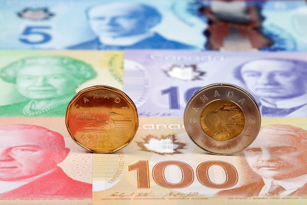 Canadian dollar coins on banknotes Premium Photo