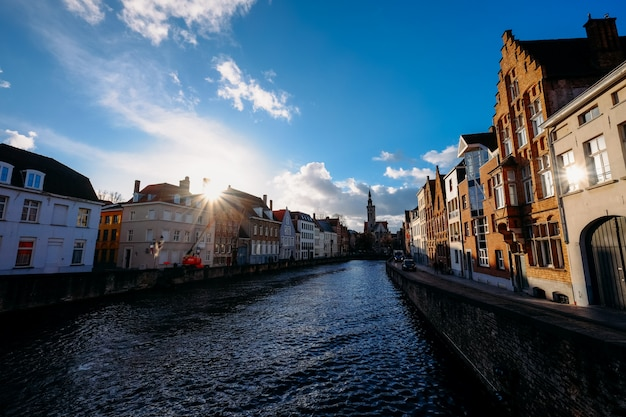 Canale in mezzo alla strada e gli edifici durante il giorno Foto Gratuite