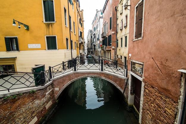 Canale con gondole a venezia, italia. architettura e monumenti di venezia. cartolina di venezia con le gondole di venezia. Foto Gratuite