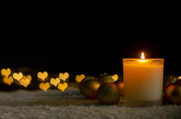 Свечи и рождественские украшения с любовными огнями боке. Premium Фотографии