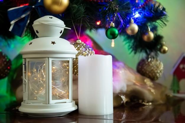 Рождественская композиция из свечей, candledtick, шары и елки. copyspace для текста Premium Фотографии