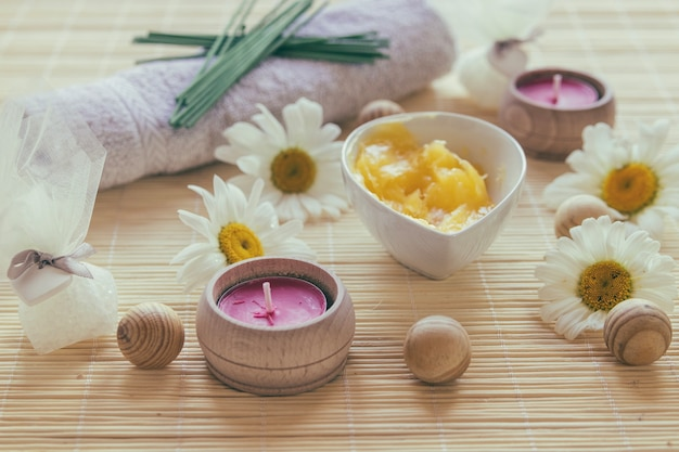 Candles and bowl with shea butter Free Photo