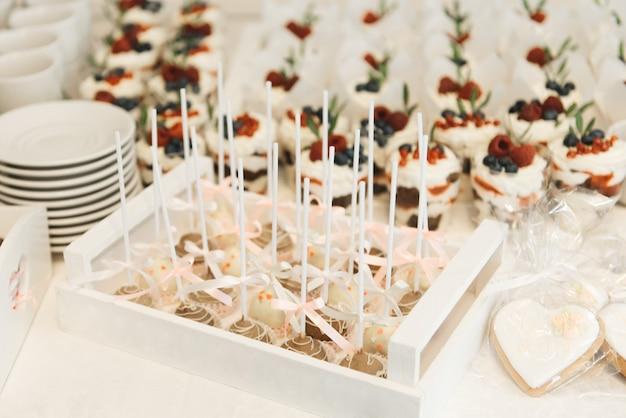 キャンディーバー。スティックケーキキャンディーのキャンディー。子供の誕生日パーティーや結婚式のコンセプト Premium写真